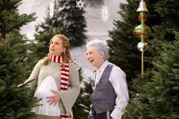 Elizabeth Mitchell e Martin Short in una scena di Santa Clause è nei guai
