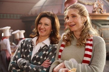 Elizabeth Mitchell e Wendy Crewson in una scena di Santa Clause è nei guai