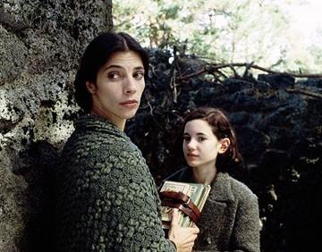 Ivana Baquero e Maribel Verdu in una scena del film Il labirinto del fauno