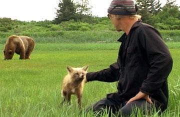Timothy Treadwell in una scena del documentario naturalistico Grizzly Man