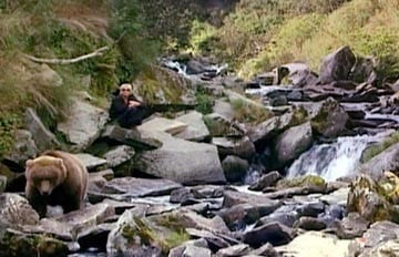 Timothy Treadwell in una scena del film Grizzly Man