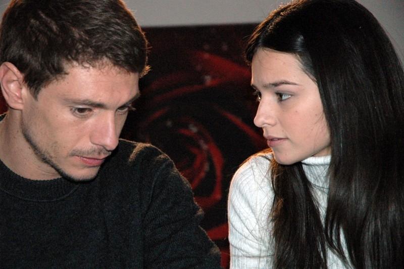 Giorgio Pasotti accanto Katy Louise Sanders in una scena del film L'aria salata