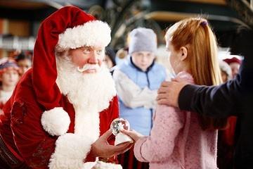 Tim Allen, Liliana Mumy e Spencer Breslin in una scena di Santa Clause è nei guai