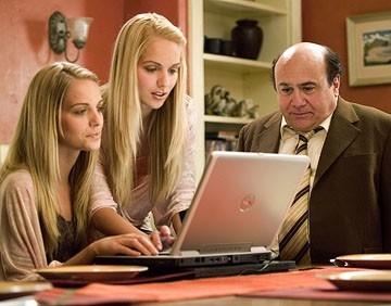 Danny DeVito e le gemelle Kelly e Sabrina Aldridge in una scena del film Conciati per le feste