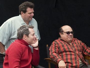 il regista John P. Whitesell con Matthew Broderick e Danny DeVito sul set di Conciati per le feste