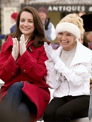 Kristin Chenoweth e Kristin Davis in una scena del film Conciati per le feste