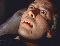 Christopher Lee in una celebre sequenza del film Dracula il vampiro