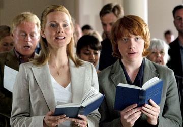 Laura Linney e Rupert Grint in una scena del film  film In viaggio con Evie - Driving Lessons
