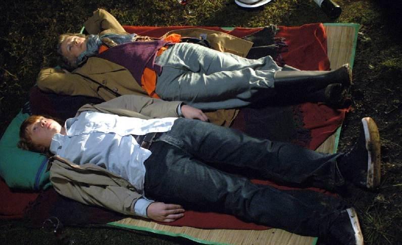 Rupert Grint insieme a Julie Walters in una scena del film  film In viaggio con Evie - Driving Lessons