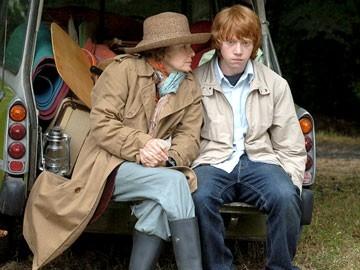 Rupert Grint accanto a Julie Walters in una scena del film  film In viaggio con Evie - Driving Lessons