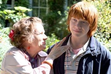 Julie Walters e Rupert Grint in una scena del film  film In viaggio con Evie - Driving Lessons