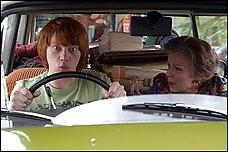 Rupert Grint  e Julie Walters in una scena del film  film In viaggio con Evie - Driving Lessons