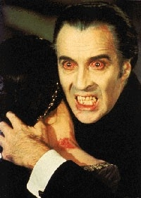 Lo sguardo iniettato di sangue di Christopher Lee in una scena del film Dracula il vampiro