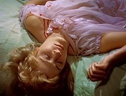 Melissa Stribling in una sensuale scena del film Dracula il vampiro
