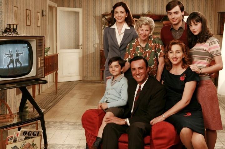 Lunetta Savino e Massimo Ghini con il resto del cast della prima stagione della fiction Raccontami