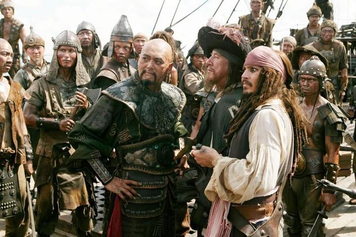 Geoffrey Rush con Johnny Depp e Chow Yun-Fat in una scena di Pirates of the Caribbean: At Worlds End