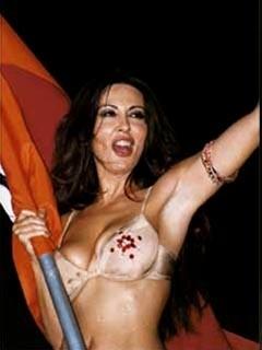 Il celebre spogliarello di Sabrina Ferilli, durante i festeggiamenti per lo scudetto della Roma.