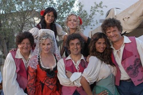 Brigitta Boccoli, Vincenzo Salemme, Daryl Hannah, Massimo Boldi, Enzo Salvi e Natalia Estrada in una scena di Olè