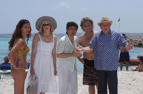 Daryl Hannah, Massimo Boldi,Vincenzo Salemme, Enzo Salvi e Francesca Lodo in una scena di Olè