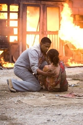 Denzel Washington insieme a Paula Patton in una scena di Deja Vu - Corsa Contro Il Tempo