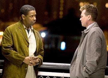 Denzel Washington con Val Kilmer in una scena di Deja Vu - Corsa Contro Il Tempo