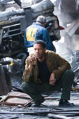 Denzel Washington in una sequenza di Deja Vu - Corsa Contro Il Tempo