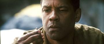 Denzel Washington in una scena di Deja Vu - Corsa Contro Il Tempo di Tony Scott