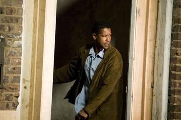 Denzel Washington in una scena di Deja Vu - Corsa Contro Il Tempo diretto da Tony Scott