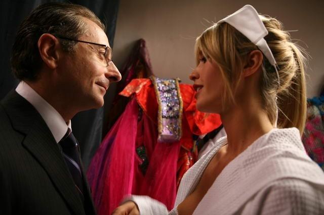 Elena Santarelli e Paolo Bonolis in una scena di Commediasexi