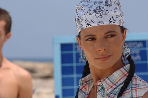 Natalia Estrada in una scena della commedia Olè