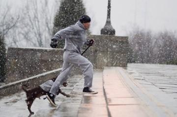 Sylvester Stallone nei panni di Rocky Balboa, si allena per strada