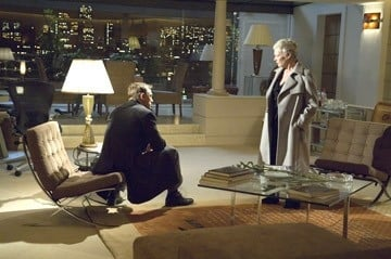 Daniel Craig e Judi Dench in una scena del film Casino Royale
