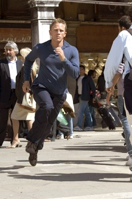 Daniel Craig in una scena del film Casino Royale (2006)