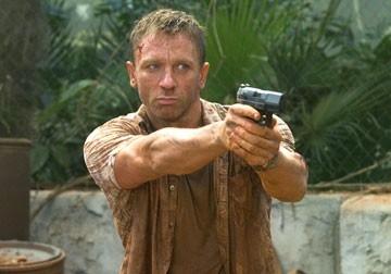 pistola in pugno per Daniel Craig in una scena del film Casino Royale