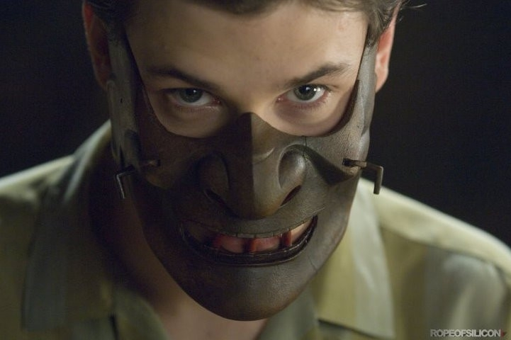 Gaspard Ulliel con la maschera di Hannibal Lecter in Hannibal Rising