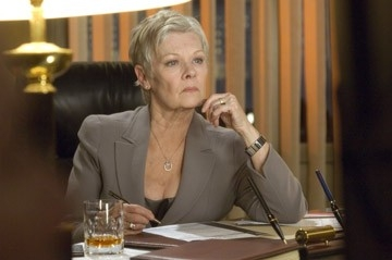 Judi Dench è M. in una scena del film Casino Royale