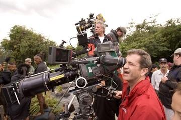Mel Gibson sul set del film Apocalypto, dietro la macchina da presa