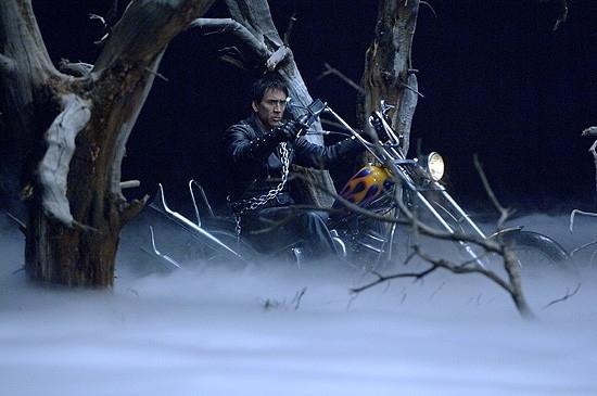 L'attore Nicolas Cage in una scena di Ghost Rider