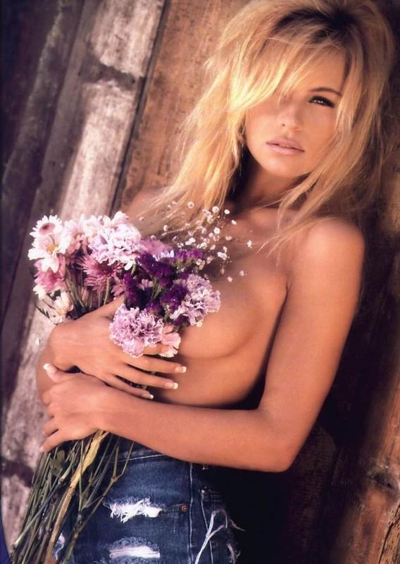 una 'floreale' Pamela Anderson