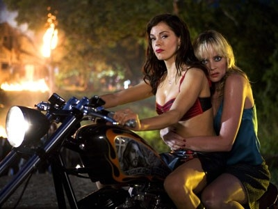 Rose McGowan con Marley Shelton in Planet Terror, episodio del double feature  Grind House