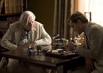 Anthony Hopkins e Jude Law in una scena del film Tutti gli uomini del re