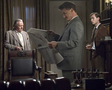 Anthony Hopkins, Jude Law e Sean Penn in una scena del film Tutti gli uomini del re