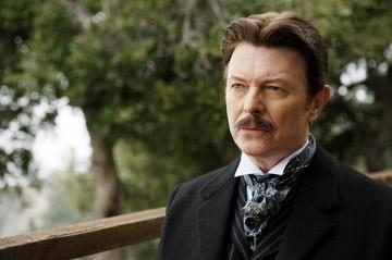 Un irriconoscibile David Bowie in una scena di 'The Prestige'