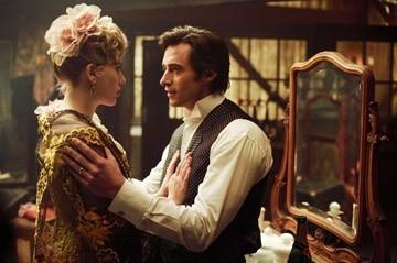 Hugh Jackman e Scarlett Johansson in una scena di 'The Prestige'