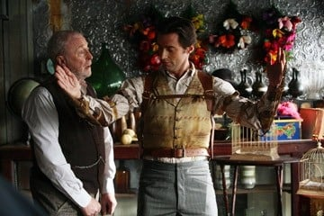 Hugh Jackman con Michael Caine in una scena di 'The Prestige'