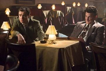 Jude Law con Sean Penn in una scena del film Tutti gli uomini del re