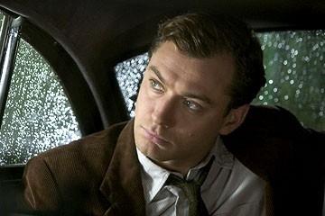 Jude Law in una scena del film Tutti gli uomini del re