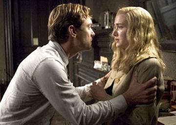 Kate Winslet con Jude Law in una scena del film Tutti gli uomini del re