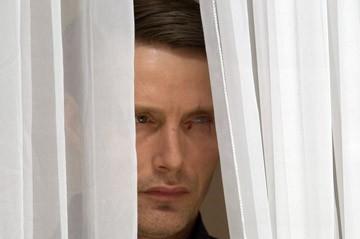 Mads Mikkelsen in una sequenza del film Casino Royale