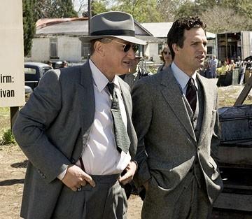 Mark Ruffalo e Sean Penn in una scena del film Tutti gli uomini del re